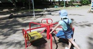 Criança da menina no carrossel filme