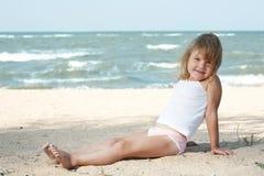 Criança da menina no mar fotos de stock