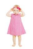 Criança da menina no vestido vermelho com curva Criança isolada em b branco fotos de stock