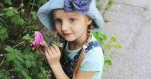 Criança da menina que aspira uma rosa filme