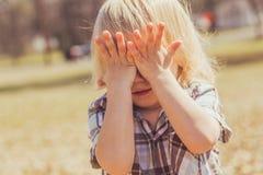 Criança da menina que cobre seus olhos Fotografia de Stock Royalty Free