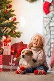 Criança da menina que comemora um Natal feliz em casa pelo fireplac foto de stock royalty free