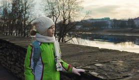 Criança da menina que está no parque da mola no fundo do céu Foto de Stock Royalty Free