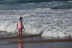A criança da praia- de Cronulla enfrentou o mar imagem de stock royalty free