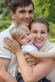 Criança da preensão dos pais nas mãos no verão Foto de Stock