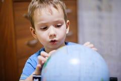 Criança da criança da terra do menino do globo bola da pessoa foto de stock royalty free