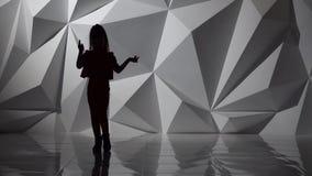 A criança dança o hip-hop Silhueta Movimento lento Fundo abstrato geométrico filme