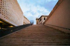 A criança das escadas fotos de stock royalty free