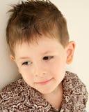 Criança daydreaming satisfeita feliz do menino bonito Foto de Stock Royalty Free