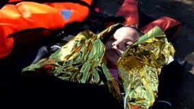 Criança de ajuda do refugiado que cruzou o mar em um barco vídeos de arquivo
