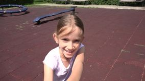 Criança de corrida que gerencie no campo de jogos, retrato de sorriso de riso da menina no parque 4K video estoque