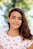 Criança de dez anos agradável da menina da criança que sorri na câmera Foto de Stock