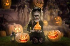 Criança de Dracula menina com composição do Dia das Bruxas a imagem do diabo com chifres fotos de stock