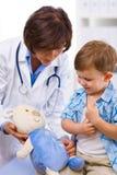 Criança de exame do doutor fotografia de stock royalty free