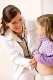 Criança de exame do doutor fêmea com estetoscópio Fotografia de Stock Royalty Free