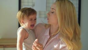 Criança de grito de abraço da mãe nova filme