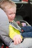 Criança de grito no banco de carro Fotografia de Stock