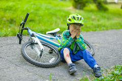 Criança de grito que tinha caído de uma bicicleta fotografia de stock royalty free