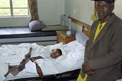 Criança de Kenyan Maasai no leito do enfermo no hospital, Kijabe imagem de stock