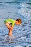 Criança de passeio feliz no mar Imagem de Stock