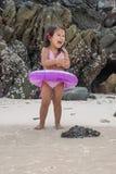 Criança de passeio feliz no mar imagens de stock royalty free