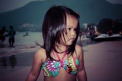 Criança de passeio feliz no mar fotos de stock