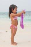 Criança de passeio feliz no mar foto de stock