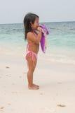 Criança de passeio feliz no mar imagens de stock