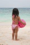 Criança de passeio feliz no mar foto de stock royalty free