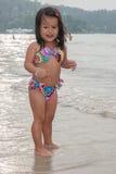 Criança de passeio feliz no mar fotografia de stock