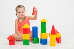 A criança de quatro anos está tendo o divertimento que joga com blocos Imagens de Stock