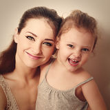 Criança de riso junto com a mãe nova feliz closeup Fotografia de Stock Royalty Free