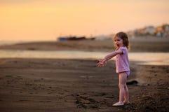 Criança de riso que tem o divertimento em uma praia Imagem de Stock