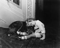 Criança de sono com cão (todas as pessoas descritas não são umas vivas mais longo e nenhuma propriedade existe Garantias do forne Fotografia de Stock Royalty Free