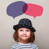 Criança de sorriso bonito que olha acima em dois balões coloridos acima Foto de Stock