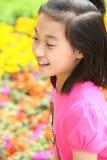 Criança de sorriso com flores foto de stock