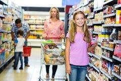 Criança de sorriso com sua família imagem de stock