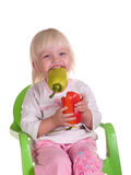 A criança de sorriso come a pimenta imagens de stock