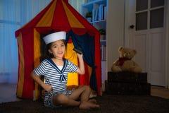 Criança de sorriso da menina que joga como o marinheiro profissional Imagem de Stock Royalty Free