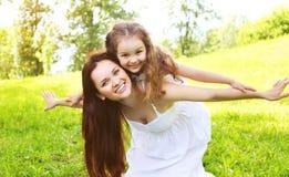 Criança de sorriso feliz da mãe e da filha que tem o divertimento junto Fotos de Stock Royalty Free