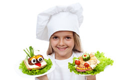 Criança de sorriso feliz do cozinheiro chefe com sanwiches criativos Fotografia de Stock Royalty Free