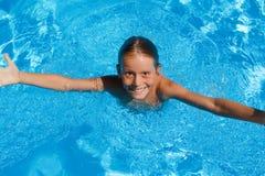 Criança de sorriso feliz do verão imagem de stock