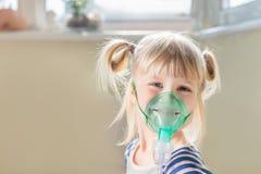 Criança de sorriso feliz que usa a máscara do nebuliser Terapia da inalação que cura o frio e tossir da caixa Conce da prevenção  fotos de stock royalty free