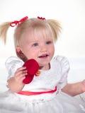 A criança de sorriso mostra o coração fotografia de stock royalty free
