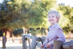 Criança de sorriso no parque foto de stock royalty free