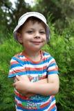 Criança de sorriso no parque Fotos de Stock Royalty Free