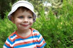 Criança de sorriso no parque Imagens de Stock Royalty Free
