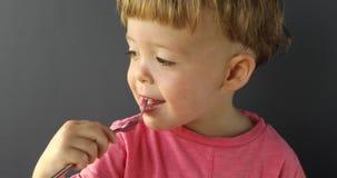 Criança de sorriso que guarda uma forquilha vídeos de arquivo