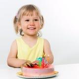Criança de três anos com bolo de aniversário. Imagens de Stock Royalty Free