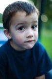Criança de vista curiosa Fotos de Stock Royalty Free